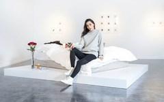 女神Adrianne Ho展示她的卧室