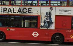 Palace利用伦敦巴士进行了2018新季即将开季