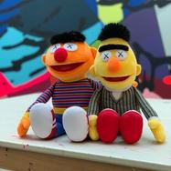 KAWS 曝光《Sesame Street》Ernie 及 Bert 毛绒公仔全貌