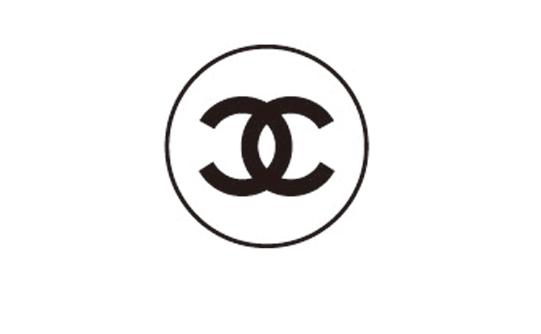 因此,Shawn Stussy也经常遭到质疑,说是抄袭了Chanel的双C logo,对此, Shawn是怎么说的呢? Shawn说他从来没有听到来自Chanel的反对声,这也是默认自己的抄袭行为了吗??