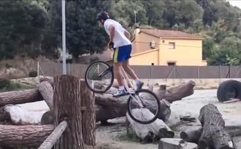 有这么高超的自行车技能 都不需要脚走路了