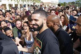 别人的学校!Drake 为迈阿密高中打造 OVO 特制版校服